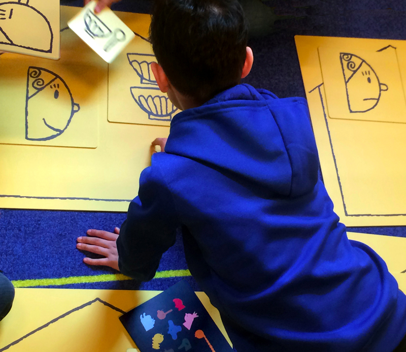 Loïc Gaume illustrateur auteur graphiste belgique bruxelles Cinq modules d'animation y sont présentés : lecture de pages géantes extraites de l'album (totems), composition de 5 contes d'après les images de l'album (jeu au sol), création d'un conte inventé avec 4 cubes géants, sélection d'albums jeunesse liés aux contes, et présentation des dessins originaux de Contes au carré.